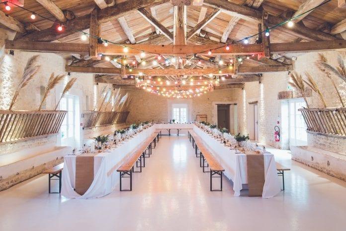spolocenska-sala-stodola-osvetlenie-svadba-vyzdoba-drevo
