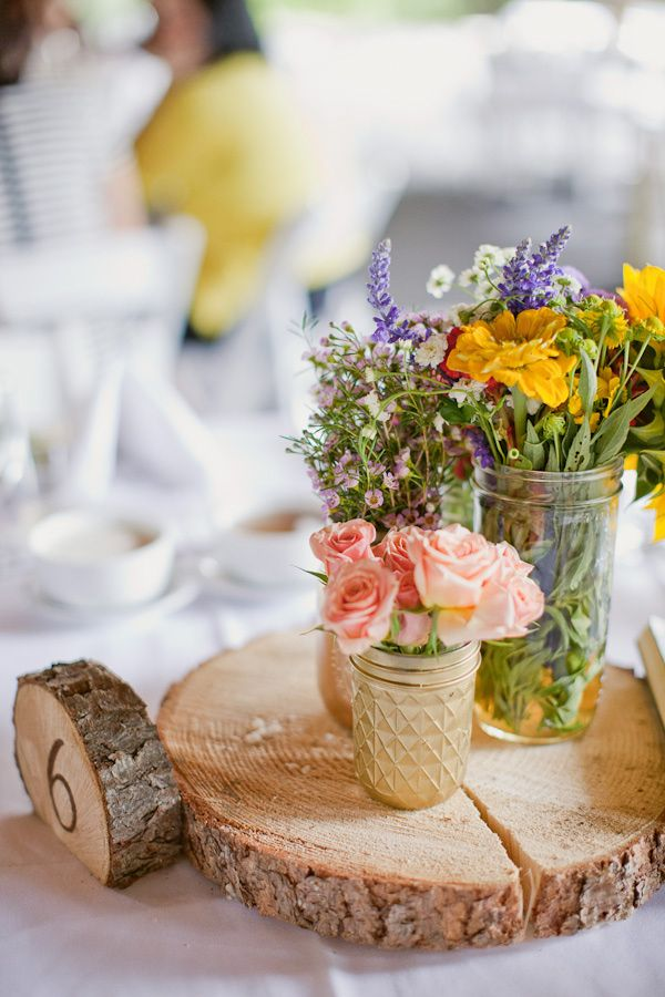 kvety-vazy-dreveny-pen-svadba-zasadaci-poriadok-stol