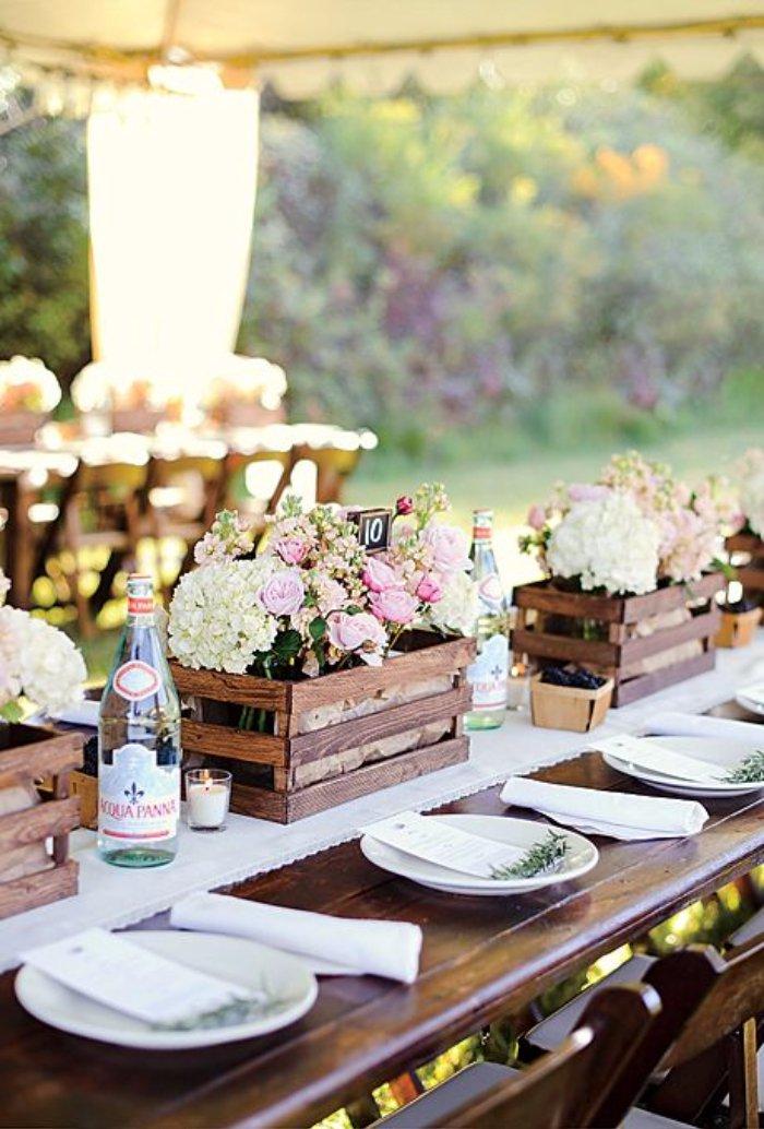 stolovanie-svadba-drevene-bednicky-kvety-tanier-sviecky