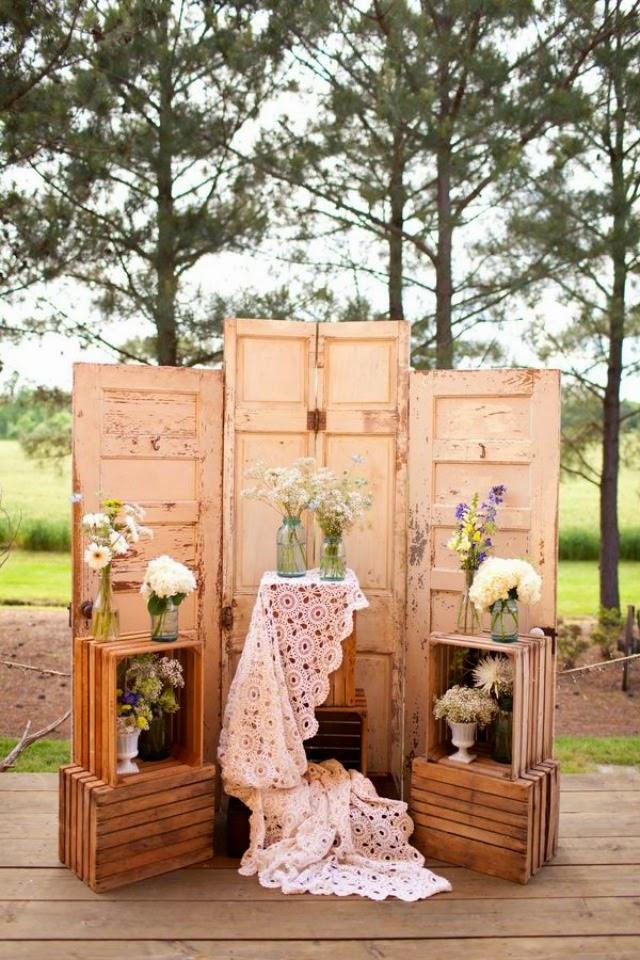 stare-dvere-dekoracia-fotostena-drevene-bednicky-svadba-kvety