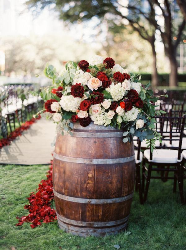 vinovy-sud-kvety-ruze-svadba-kytica-stolicky-drevo