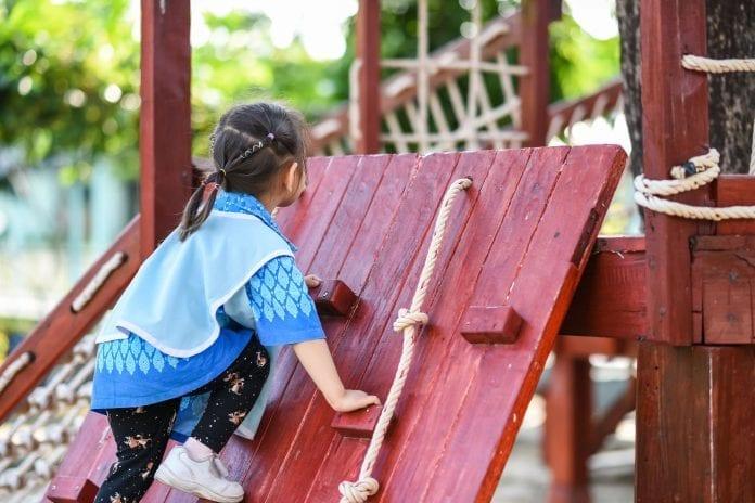 Drevené detské ihrisko, drevené šmykľavky, hojdačky (2)