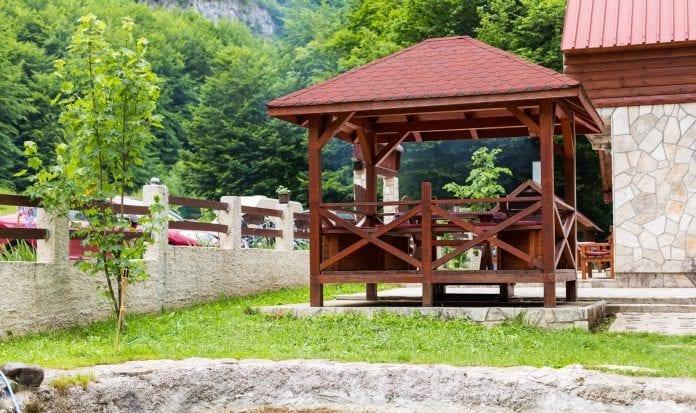 drevený altánok, záhradný nábytok, natieranie, krycia farba