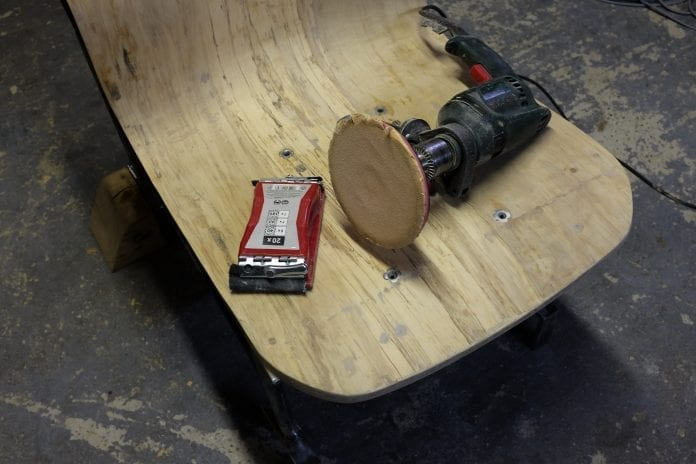 fotopostup kreslo z dreva, preglejky a ohnutých kovových trubiek