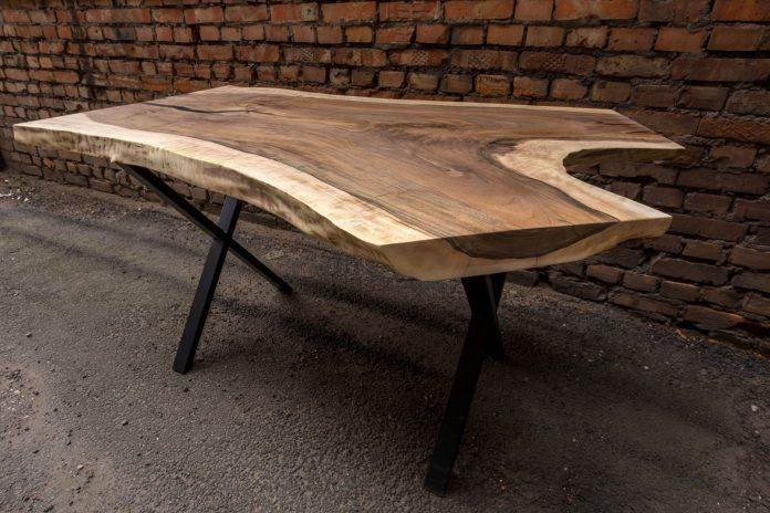 stôl z orechového dreva