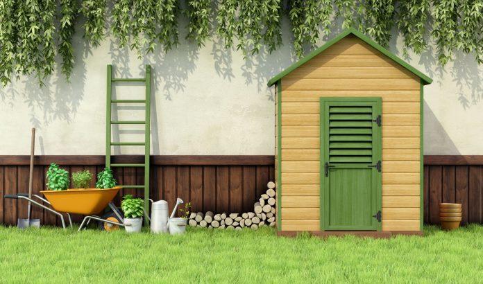 malá záhradná chatka umiestnená pri stene domu