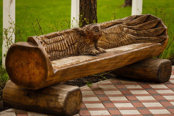 vyrezávaná lavička z guľatiny