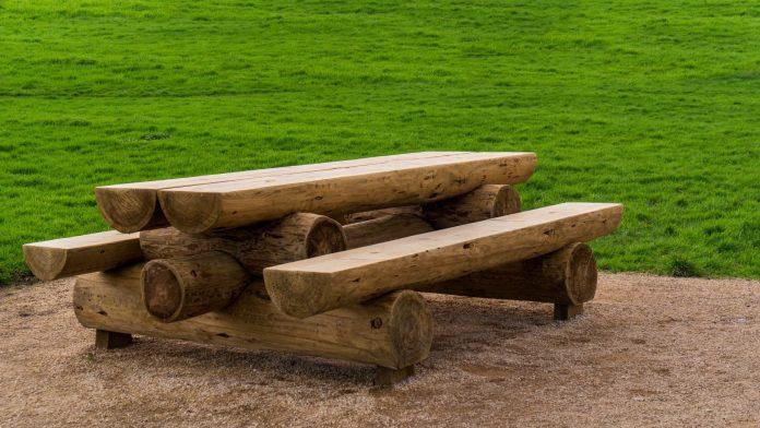 stôl s lavicami z guľatiny ako kompaktný celok